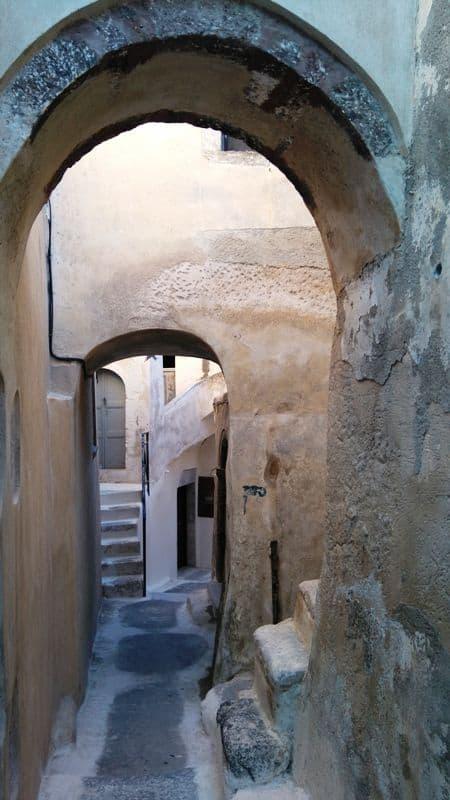 in-the-alleyways-of-Emporio-village-in-Santorini